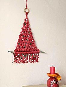Dekorácie - Macramé vianočný stromček červený s korálkami - 13771337_