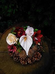 Dekorácie - šiškový veniec na hrob s bordovými kvetmi - 13774252_