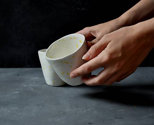 Šálka, hrnček, pohár bielo-žltý