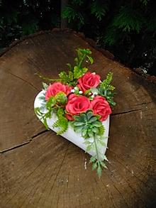 Dekorácie - betónové srdiečko na hrob s červenými ružičkami - 13778844_