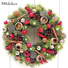 Dekorácie - Vianočný veniec v tradičných farbách - 13782898_