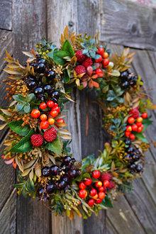 Dekorácie - Jesenný venček z lesných plodov - 13783174_