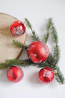 Dekorácie - Vianočná guľa zdobená voskom stredná - 13783800_