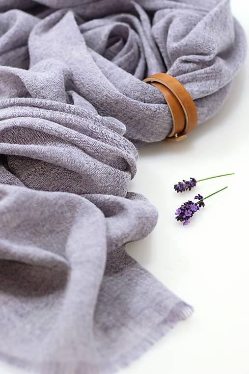 Exkluzívny ľanovo-vlnený šál šedofialovej farby s remienkom