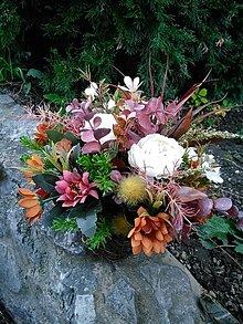 Dekorácie - jesenná ikebana na hrob v prútenom črepníku 28 cm - 13804545_