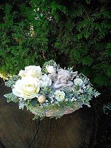 Dekorácie - krémová ikebana na hrob s anjelikom v drevenej miske  30 cm - 13805933_