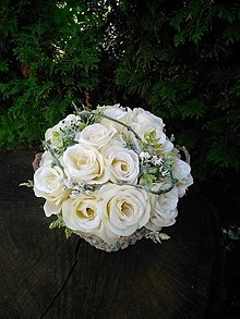 Dekorácie - ikebana na hrob s krémovými ružami v drevenom košíku - 13805951_