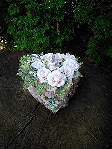 Dekorácie - ikebana na hrob s anjelikom v drevenom srdiečku - 13806013_