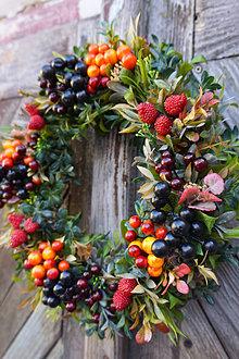Dekorácie - Jesenný venček z lesných plodov - 13807502_