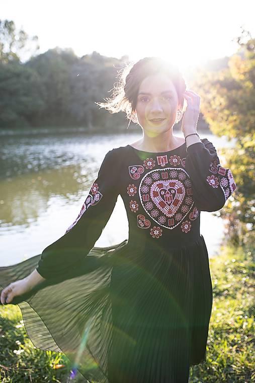 čierne plisované šaty Srdce z čepca