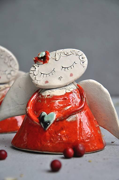 Anjel stojací S so srdcom červený
