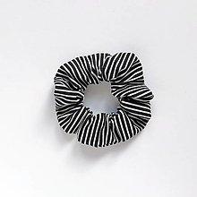 Ozdoby do vlasov - Recy-scrunchie čierno-biela pásikatá - 13825319_