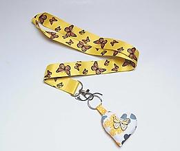 Kľúčenky - Textilná šnúrka s karabínkou - motýliky na žltom - 13828255_