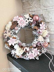 Dekorácie - Vianočny zasnežený veniec v ružovo biely 35cm - 13826614_