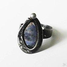 Prstene - Cínovaný slzový prsteň s liečivým polodrahokamom sodalitom - 13831552_