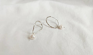 Náušnice - Strieborné asymetrické náušnice s perlou - 13843703_