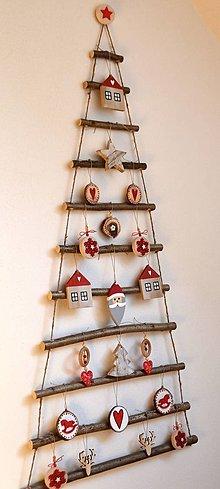 Dekorácie - Vianočný stromček závesný s červenými ozdobami - 13847247_
