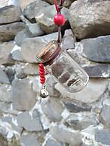 Náhrdelníky - Prívesok - poklad vo fľaštičke - črvené korálky a zvonček - 13845881_