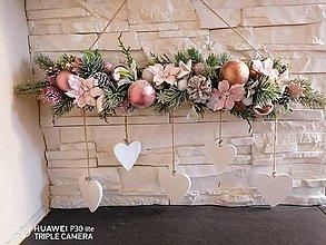 Dekorácie - Ružová vianočna závesná dekorácia so srdiečkami - 13857418_