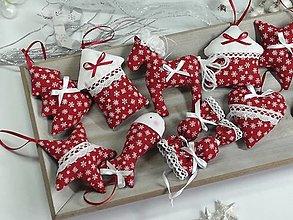 Dekorácie - Vianočná sada ozdôb ,vločky na červenej - 13859970_