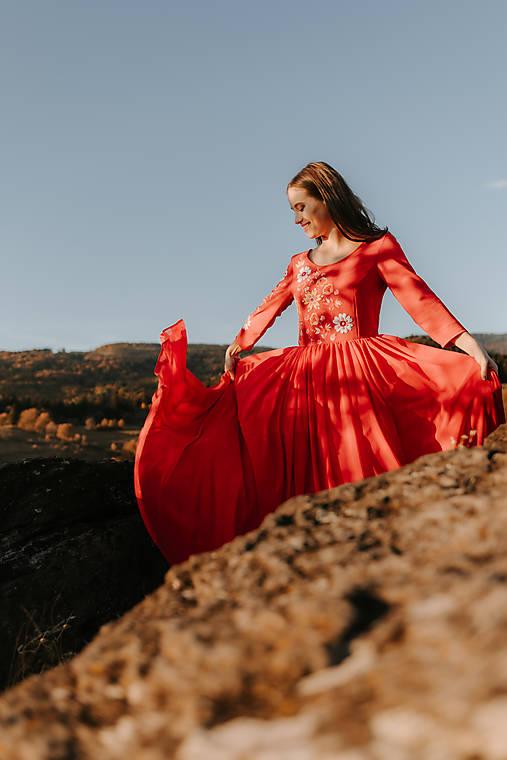 Červené šaty Vajnory