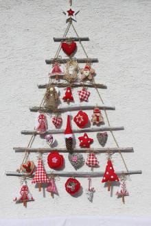 Dekorácie - Vianočný stromček s prírodnými vianočnými ozdobami - rebrík - 13859989_