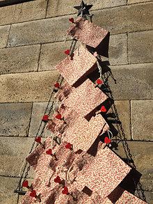 Dekorácie - Adventný kalendár  s červenými srdiečkami - 13864906_