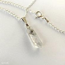 Náhrdelníky - Křišťál s inkluzemi - krystal na stříbrném řetízku - 13871844_