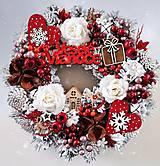 Dekorácie - Zasnežený vianočný veniec červeno bielo hnedý - 13883744_