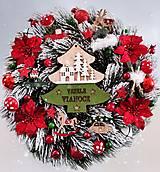 Dekorácie - Zasnežený vianočný veniec červeno zelený - 13883763_